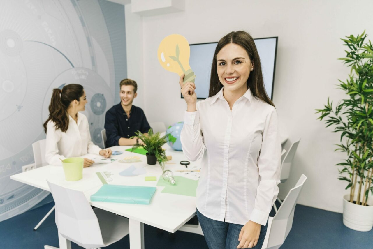 https://doradcy365.pl/wp-content/uploads/2020/10/portrait-smiling-young-businesswoman-with-light-bulb-icon-standing-office-min-scaled-e1602855690429-1280x855.jpg