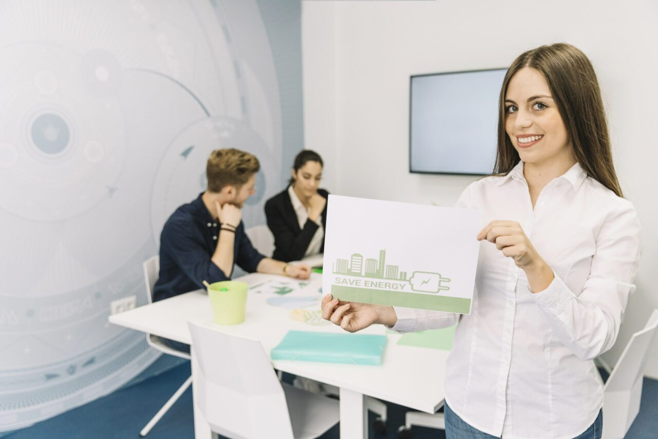 https://doradcy365.pl/wp-content/uploads/2020/10/smiling-young-businesswoman-showing-energy-saving-concept-office-min-scaled-1280x854.jpg