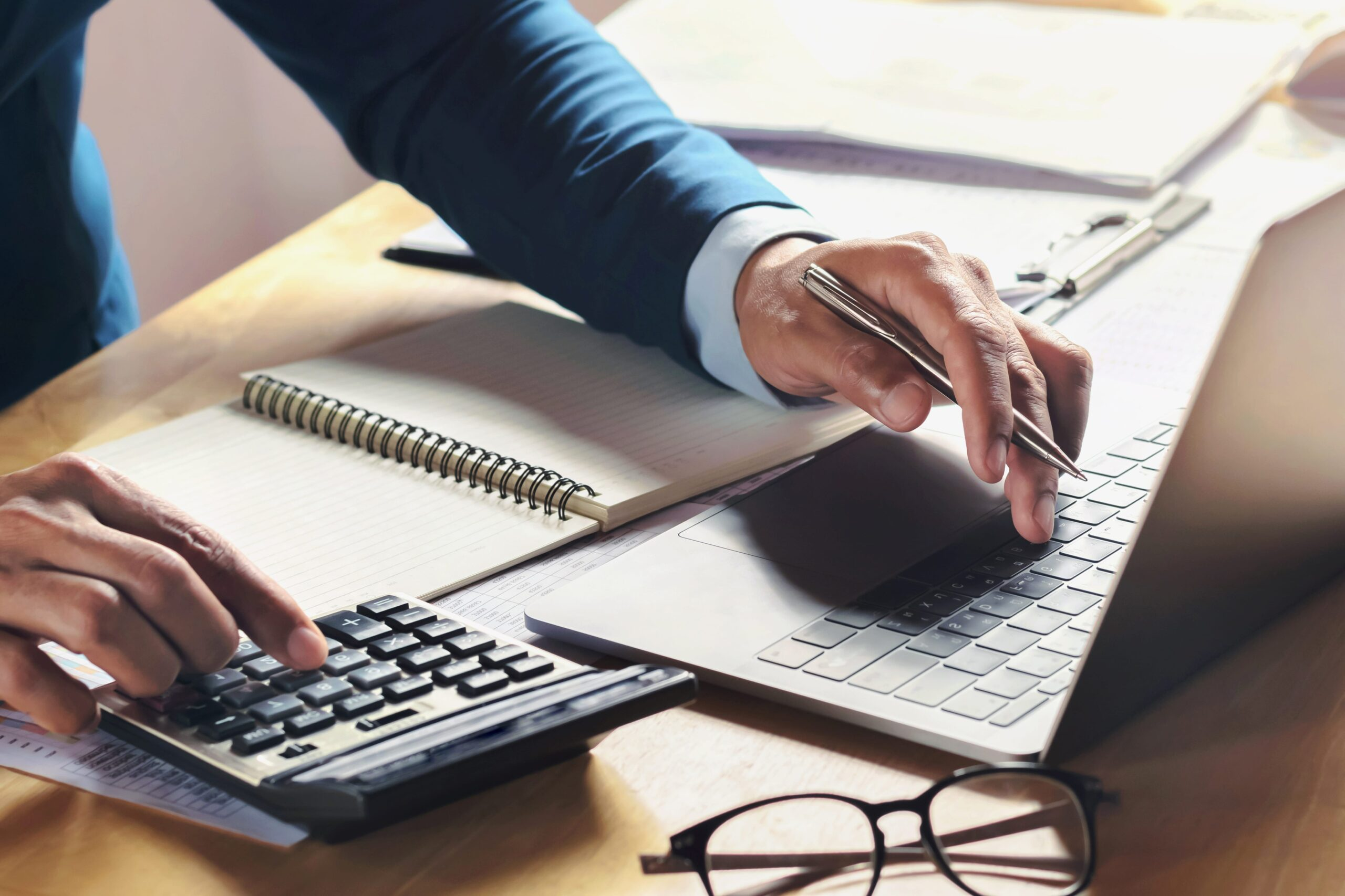 https://doradcy365.pl/wp-content/uploads/2020/11/businessman-working-desk-with-using-calculator-computer-office-concept-accounting-finance-min-1-scaled.jpg