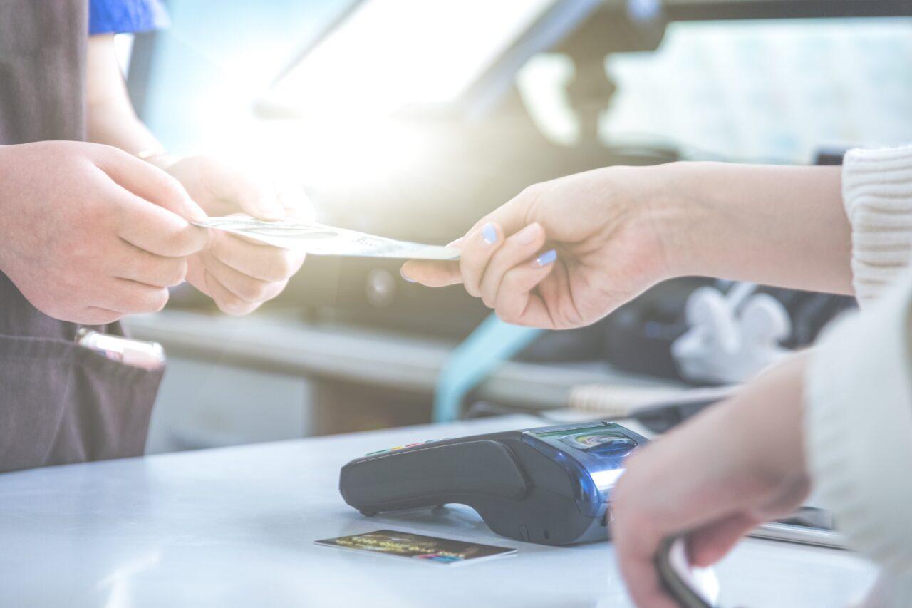 https://doradcy365.pl/wp-content/uploads/2020/11/pos-credit-card-settlement-instead-cash-settlement-shopping-min-1-1280x853.jpg