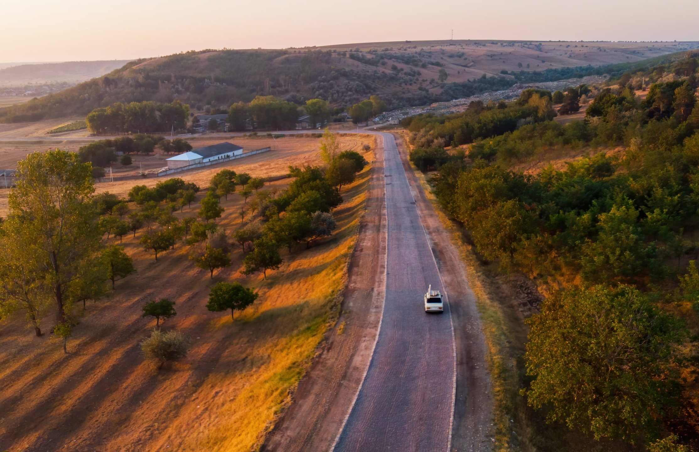 https://doradcy365.pl/wp-content/uploads/2021/02/country-road-moving-car-sunrise-fields-hills-covered-with-trees-min-scaled-e1613220247761.jpg