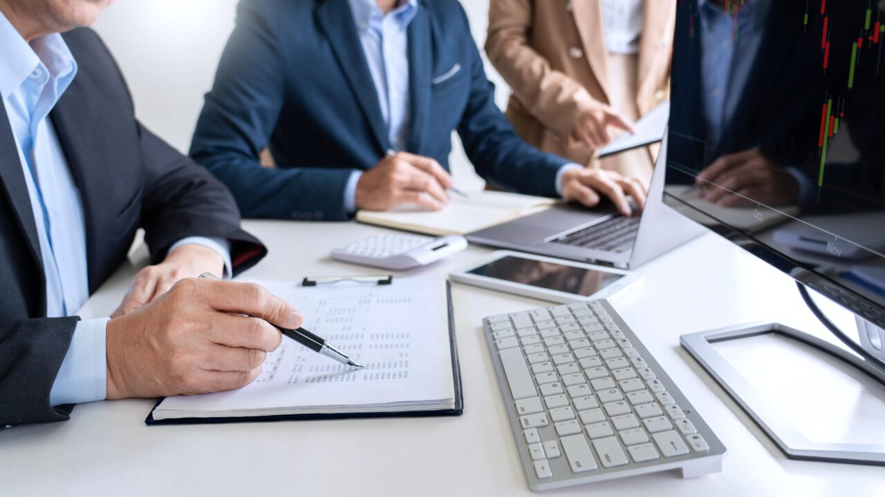 https://doradcy365.pl/wp-content/uploads/2021/03/business-team-investment-entrepreneur-trading-discussing-analysis-data-stock-market-charts-min-1280x720.jpg