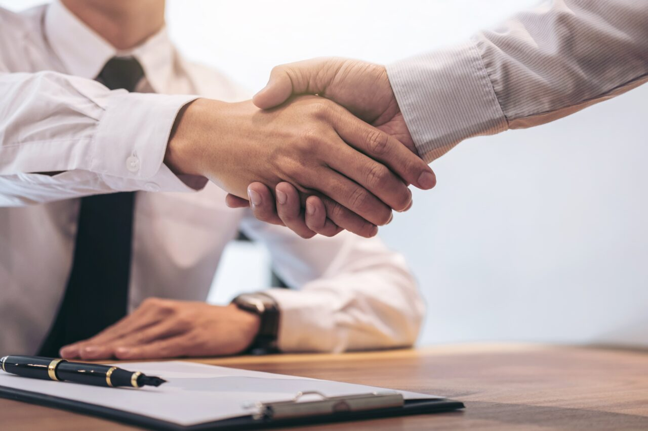 https://doradcy365.pl/wp-content/uploads/2021/03/real-estate-agent-customer-shaking-hands-min-1280x853.jpg