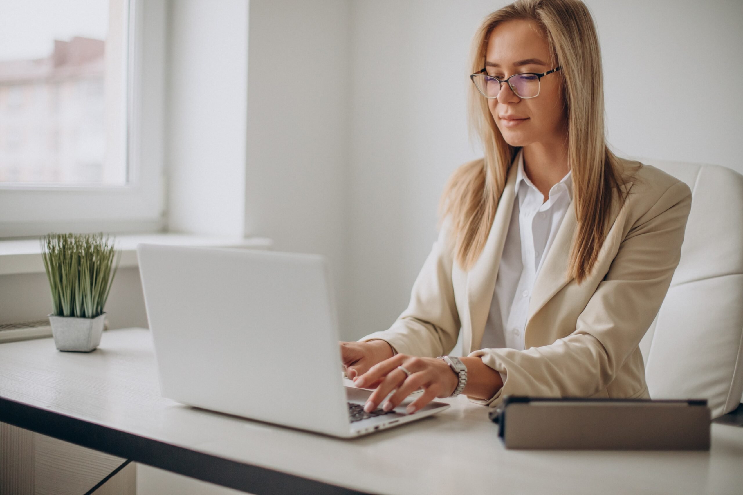 https://doradcy365.pl/wp-content/uploads/2021/03/young-business-woman-working-on-computer-in-office-min-scaled.jpg